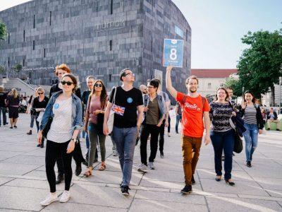 Eine Gruppe auf dem Weg mit ihrem Guide © agentur better